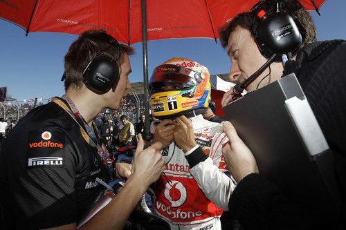 Lewis Hamilton habla con sus ingenieros en la parrilla