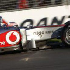 Button en pista persiguiendo a Massa