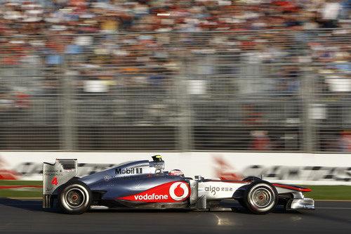 Button y su McLaren pasan ante la afición