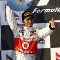 Hamilton levanta orgulloso su trofeo