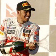 Hamilton descorcha el champán en el podio
