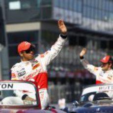 Hamilton y Button saludan al público de Albert Park