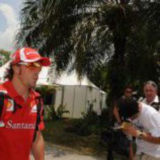 Fernando Alonso llega al circuito de Sepang