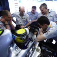 Nico Rosberg rodeado de ingenieros