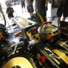 Nick Heidfeld en el box de Lotus Renault GP