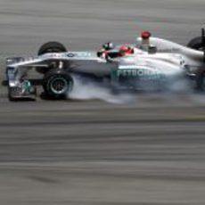Schumacher bloquea sus neumáticos