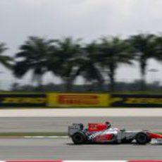Karthikeyan rueda con el F111 en Sepang