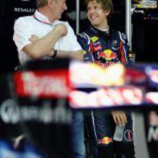Sebastian Vettel y Helmut Marko sonrientes
