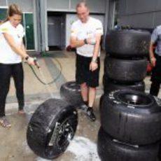 Nira Juanco lavando los neumáticos Pirelli