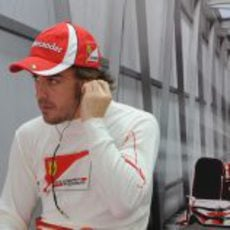 Alonso se espera sentado en su box