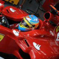 Fernando en su coche en Malasia