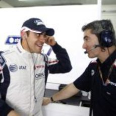 Maldonado sonríe en el box junto a Xevi Pujolar