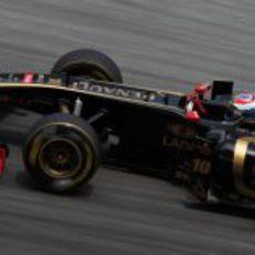 Petrov rueda sobre el asfalto malasio