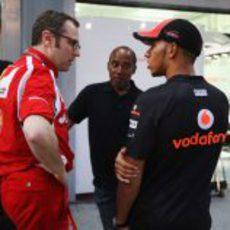 Stefano Domenicali, Hamilton y su padre Anthony hablan al final de la jornada