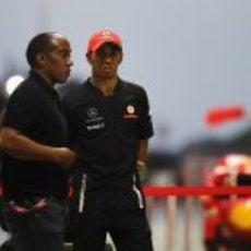 Anthony Hamilton y su hijo Lewis en el 'pit-lane' de Sepang