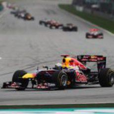 Sebastian Vettel a mucha distancia ya de Hamilton en Malasia 2011