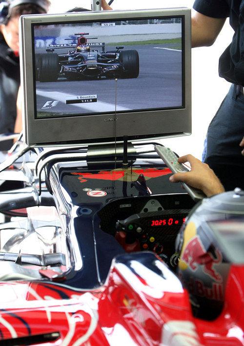 Vettel atento a los monitores