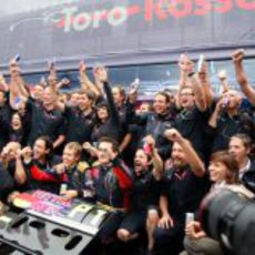 El equipo Toro Rosso celebra