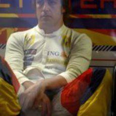 Alonso espera en su box