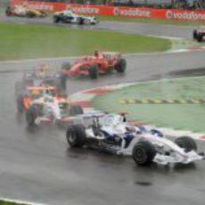 Heidfeld seguido de varios coches