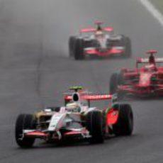 Fisichella delante de Raikkonen y Hamilton