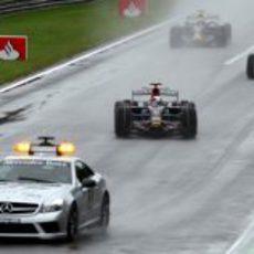 Vettel lidera el grupo detrás del safety car