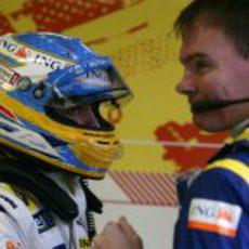 Alonso charla con un mecánico