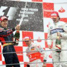 Vettel celebra su victoria con champán