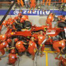 El equipo Ferrari simula un respostaje
