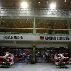 El equipo Force India se instala en su box