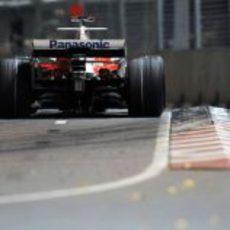 El coche de Trulli roza el suelo