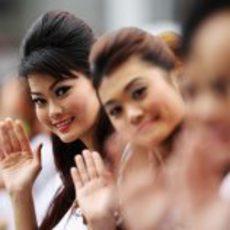 Las guapas 'pitbabes' de Malasia 2011 saludan a cámara