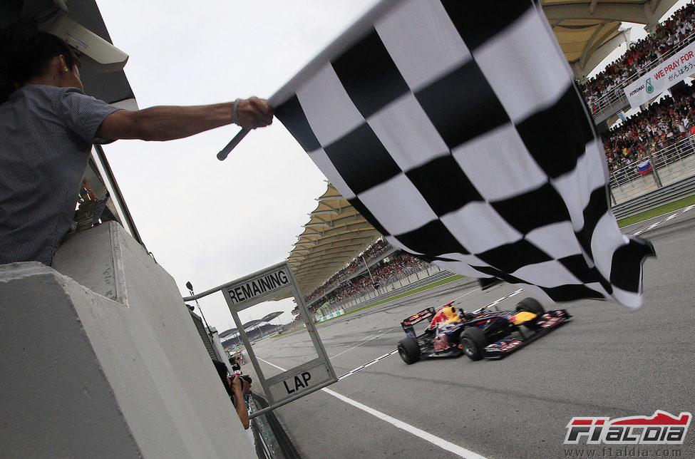 Bandera a cuadros para Vettel en el GP de Malasia 2011