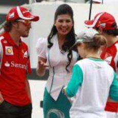Alonso y Massa hablan con una 'pitbabe' de Malasia 2011
