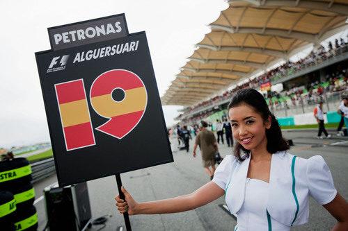 La 'pitbabe' de Jaime Alguersuari en el GP de Malasia 2011
