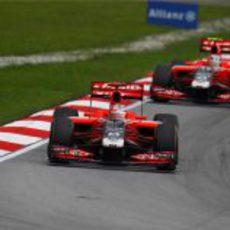 Los dos Virgin durante la carrera del GP de Malasia