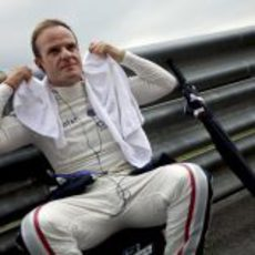 Rubens Barrichello se refresca antes de la carrera
