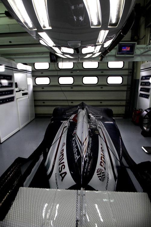 Un Williams FW33 en el garaje del equipo