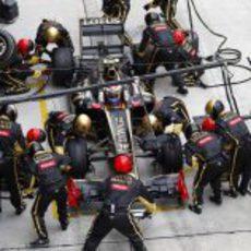 Cambio de neumáticos en el monoplaza de Petrov