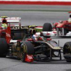 Petrov por delante de los dos Ferrari