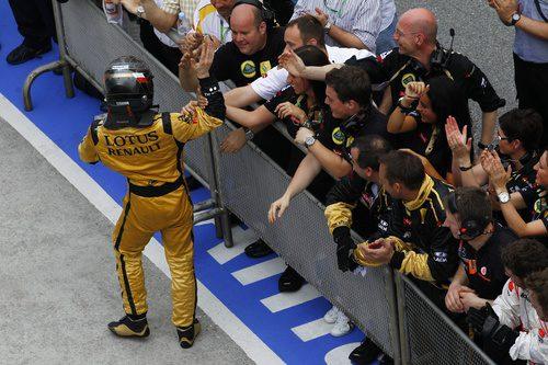 Los miembros del equipo felicitan a Nick por su podio