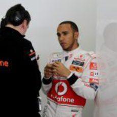 Lewis Hamilton habla con su ingeniero en el GP de China 2011
