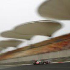 Jenson Button pasa por la recta Circuito Internacional de Shanghai