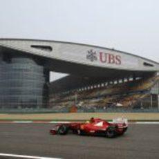 Massa y el impresionante edificio de boxes de Shanghai