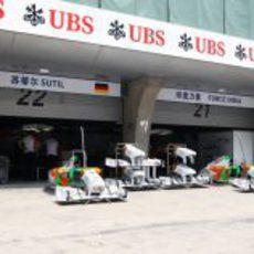 El box de Force India en el GP de China 2011