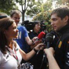 Vitaly Petrov atiende a la prensa