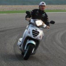 Nico Rosberg rueda en moto por el circuito de Shanghai