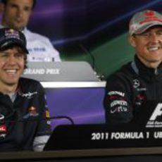 Vettel y Schumacher sonríen durante la rueda de prensa en China 2011