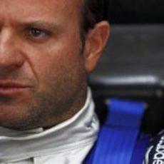 Barrichello sentado en el cockpit