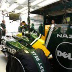 Luiz Razia sentado en el cockpit